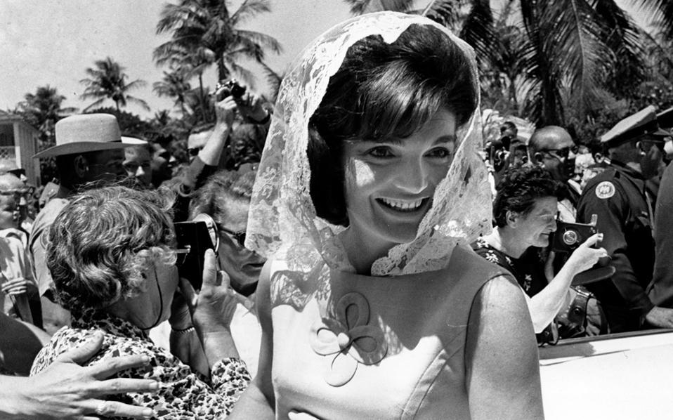 Η πρώην Πρώτη Κυρία των ΗΠΑ Τζάκι Κένεντι χαμογελάει καθώς αναχωρεί από ιδιωτική πασχαλινή λειτουργία στο σπίτι της οικογένειάς της στο Παλμ Μπιτς της Φλόριντα, τον Απρίλιο του 1963. Τέσσερα χρόνια αργότερα, ταξίδεψε μέχρι τους ναούς του Ανγκόρ Βατ στην Καμπότζη, σε ένα ταξίδι που κατέκλυσε τα πρωτοσέλιδα των εφημερίδων, μαζί με τον Ντέιβιντ Ορμσμπαϊ Γκορ, φίλο της και επίσης χήρο. Η επιστολή στην οποία λέει «όχι» στην πρόταση γάμου του θα δημοπρατηθεί στο Λονδίνο τον Μάρτιο.
