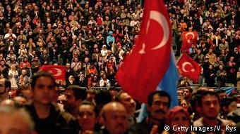 «Ο Ερντογάν τους δίνει το συναίσθημα ότι είναι πιο δυνατοί, πιο μεγάλοι, πιο ισχυροί»