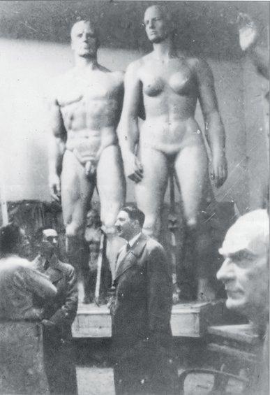 Ο Χίτλερ επισκέπτεται το εργαστήριο του γλύπτη Γιόζεφ Τόρακ στο Μόναχο, Φεβρουάριο του 1937. Στα αριστερά του, διακρίνονται οι Γκέμπελς και Τόρακ. Στα δεξιά του... η προτομή του Μουσταφά Κεμάλ Ατατούρ
