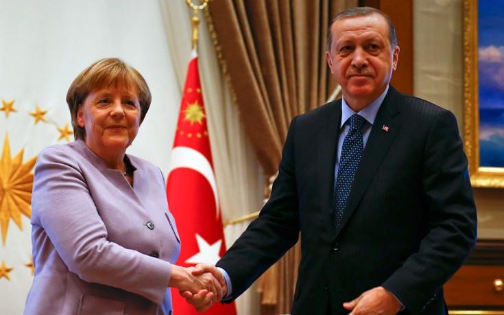 «Καρότο και μαστίγιο» από Μέρκελ για την Τουρκία