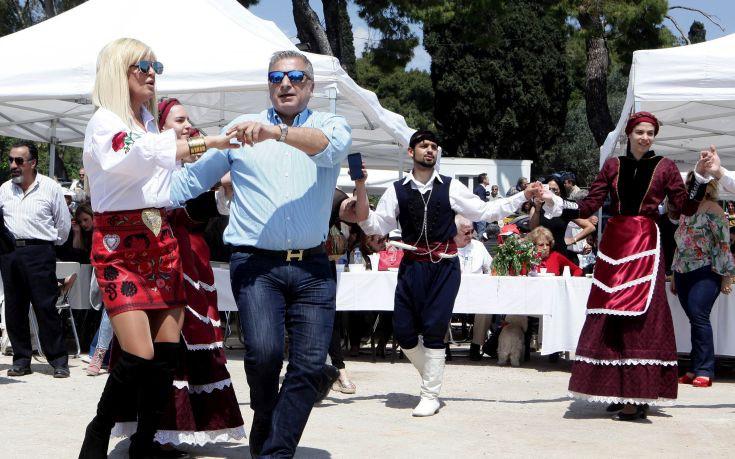 Το ζεύγος Πατούλη έσυρε το χορό στο πασχαλινό γλέντι