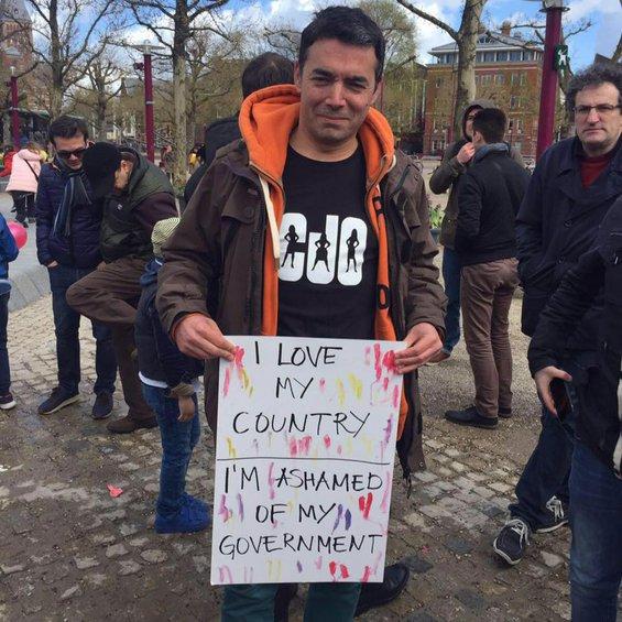 Ο Νικόλα Ντιμιτρόφ κατέβαινε και στους δρόμους στη διάρκεια της λεγόμενης «πολύχρωμης επανάστασης»