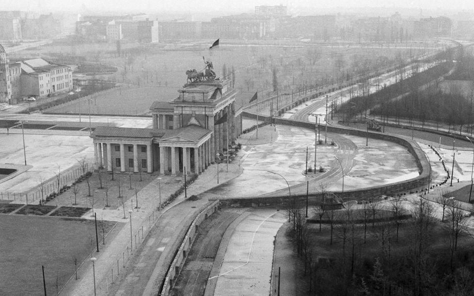 Το Τείχος του Βερολίνου στην Πύλη του Βραδεμβούργου. Στο βιβλίο «Κατασκοπεία μεταξύ φίλων» απεικονίζεται το ψυχροπολεμικό κλίμα της δεκαετίας του '70 που επικρατούσε στις σχέσεις μεταξύ των μυστικών υπηρεσιών των χωρών της Δύσης.