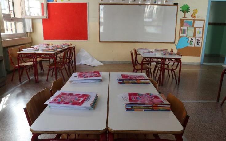 Δάσκαλος κλείδωσε μαθητές στην τάξη, τους πετούσε βιβλία και αναποδογύριζε θρανία