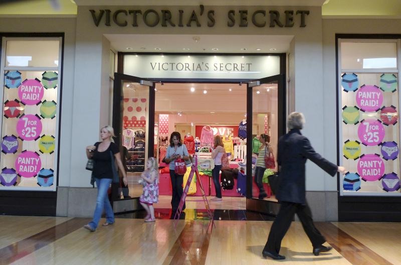 Το πρώτο κατάστημα Victoria s Secret άνοιξε στις 12 Ιουνίου του 1977 σε ένα  εμπορικό κέντρο στο Πάλο Άλτο της Καλιφόρνια. Ο 31χρονος τότε Ρέιμοντ  χρειάστηκε ... 2c6b3fc6bf2