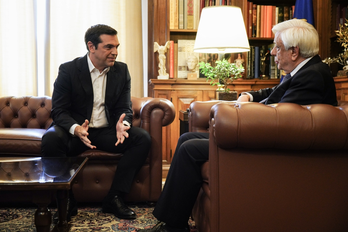 Ο πρωθυπουργός εημερώνει τον πρόεδρο της Δημοκρατίας -Φωτογραφία: : Nick Paleologos / SOOC