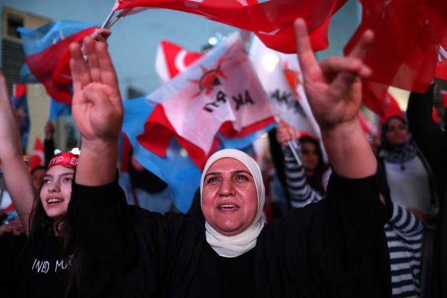 Πανηγυρισμοί από οπαδούς του Ερντογάν -Φωτογραφίες: EPA/SRDJAN SUKI
