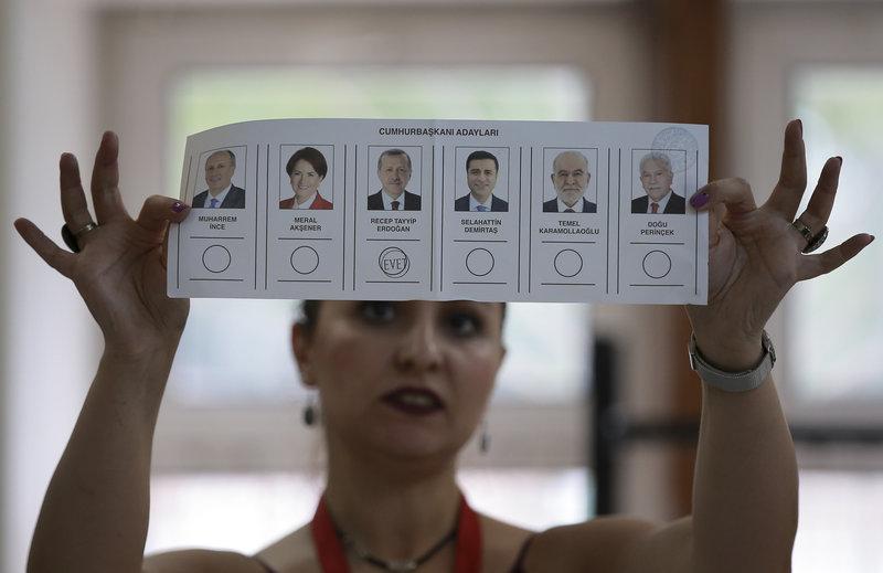 Ενα ψηφοδέλτιο υπέρ του Ερντογάν -Φωτογραφία: AP