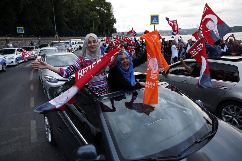 Ήδη ξεκίνησαν οι πανηγυρισμοί από οπαδούς του Ερντογάν, που ξεχύθηκαν στους δρόμους (Φωτογραφία: ΑΡ)