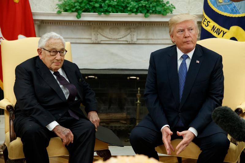 Ο Χένρι Κίσινγκερ μαζί με τον πρόεδρο των ΗΠΑ Ντόναλντ Τραμπ