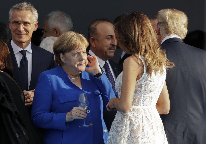 Η Ανγκελα Μέρκελ όσο συζητούσε με την Μελάνια έφτιαχνε λίγο αμήχανα το μαλλί της...