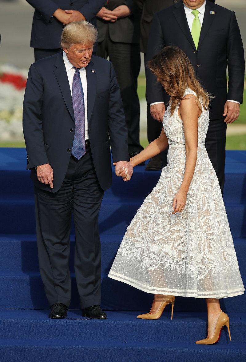 Ελα δίπλα μου, σαν να δείχνει στην Μελάνια Τραμπ, ο Αμερικανός Πρόεδρος