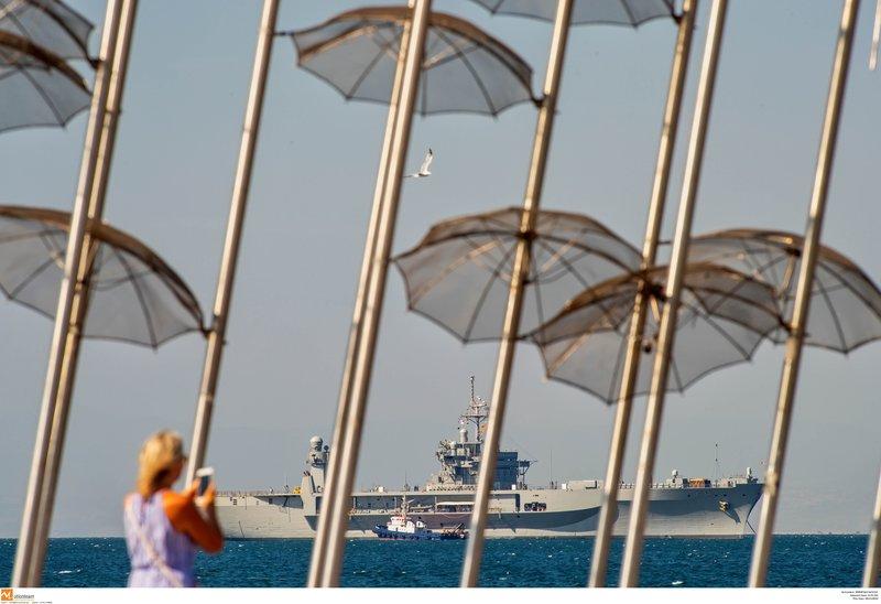 Δεν είναι λίγοι αυτοί που βγάζουν το πολεμικό πλοίο φωτογραφίες