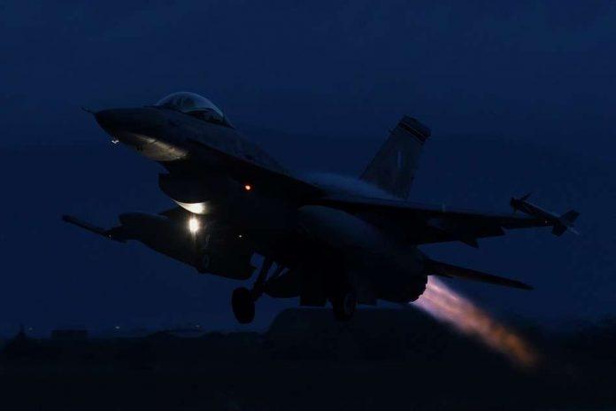 F_16_NIGHT_tn_211-696×464