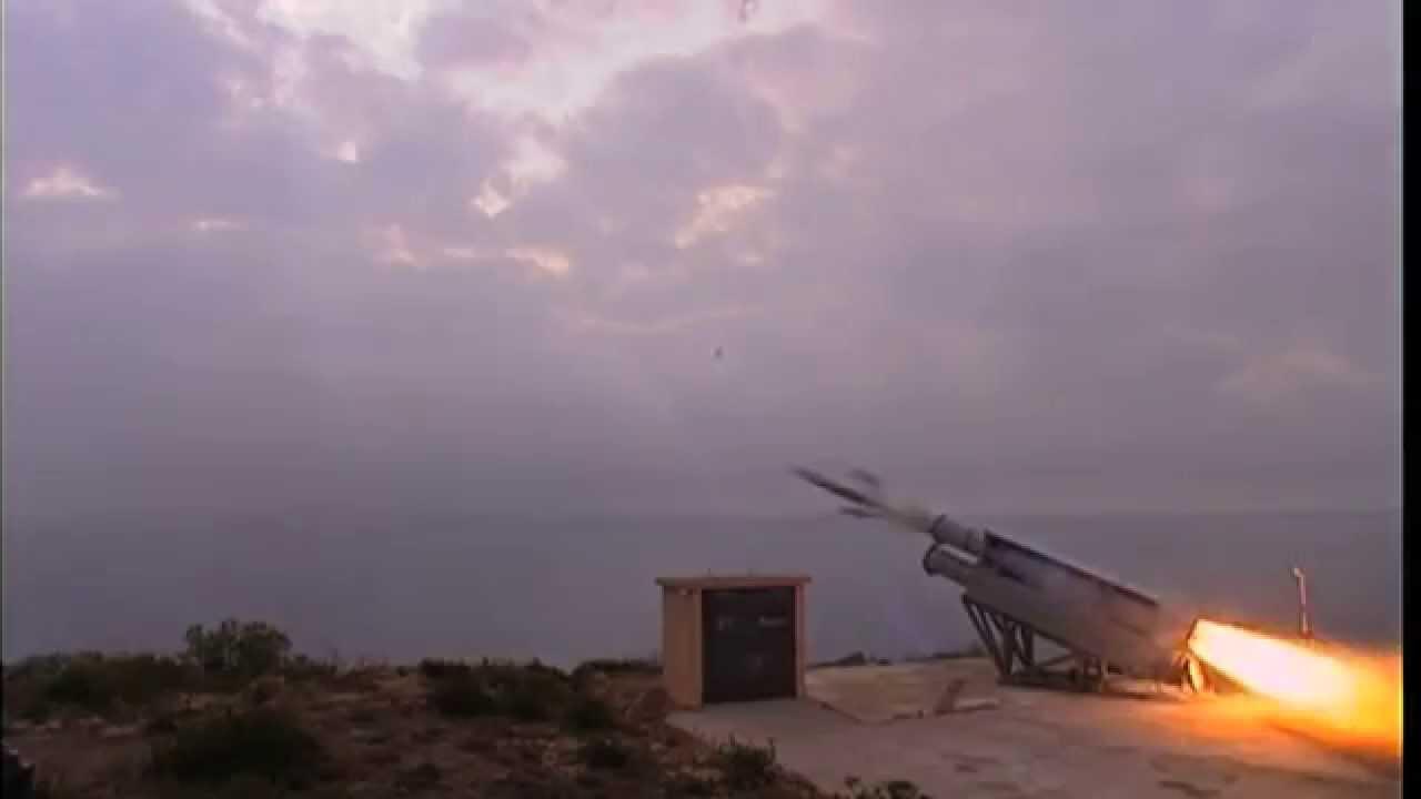 Τούρκος ναύαρχος στοχοποιεί τους επάκτιους Exocet σε Αιγαίο και Κύπρο: «Ξέρουμε που είναι – Ετοιμάζουμε έκπληξη»  18/11/2020 – 19:30  |  Τελευταία ενημέρωση: 18/11/2020 – 20:38 ΕΛΛΗΝΟΤΟΥΡΚΙΚΑ Τούρκος ναύαρχος στοχοποιεί τους επάκτιους Exocet σε Αιγαίο και Κύπρο: «Ξέρουμε που είναι – Ετοιμάζουμε έκπληξη» Newsroom email: info@pronews.gr  34 14 2 0 Translate this page EN FR DE ES RU AR 34     14     2     0   Τις επάκτιες συστοιχίες των βλημάτων ΜΜ-40 Exocet κατά σκαφών επιφανείας, σε Αιγαίο και Κύπρο στοχοποιεί η Τουρκία προχωρώντας παράλληλα σε απειλές κατά της εγκατάστασής τους.  Ο ναύαρχος ε.α. Cem Gürdeniz, αναφερόμενος στους ελληνικούς και κυπριακούς Exocet είπε:  «Επάκτιες συστοιχίες έχει τοποθετήσει η Ελλάδα στα νησιά της Σκύρου και της Λήμνου στο Αιγαίο, αλλά και η Κύπρος στις νότιες ακτές της  στην περιοχή των βρετανικών βάσεων.   Αυτά είναι γνωστά. Οι θέσεις τους είναι γνωστές.  Δεν υπάρχει έκπληξη σε αυτά. Αυτό όμως που θα είναι μεγάλη έκπληξη είναι αυτό που δεν ξέρουν», είπε ο Gürdeniz,, αφήνοντας σαφείς απειλές κατά των συστοιχιών.   Είναι γνωστό ότι η Ελλάδα διαθέτει 2 συστοιχίες EXOCET MM-40 BLOCK2 και η Κύπρος τρεις, τις οποίες σύμφωνα με δημοσιεύματα πρόκειται να εκσυγχρονίσει, αλλά ποτέ δεν είχε επίσημα αποκαλύψει τις θέσεις τους.,  Το ότι ο Τούρκος αντιναύαρχος -το γεγονός ότι είναι απόστρατος δεν σημαίνει απολύτως τίποτα αντίθετα είναι «κομιστής» των θέσεων του τουρκικού Γενικού επιτελείου- αναφέρθηκε στους ελληνικούς Exocet πρέπει να αντιμετωπιστεί με την δέουσα σοβαρότητα, καθώς είναι η πρώτη φορά που συμβαίνει κάτι τέτοιο.  Επιπρόσθετα αυτό σημαίνει ότι η Τουρκία θεωρεί τους Exocet απειλή για τη ναυτική της δύναμη και δικαίως τους θεωρεί έτσι.  Βέβαια τα βλήματα πρέπει να ενισχυθούν με περισσότερους εκτοξευτές όπως και επιτέλους το ΠΝ πρέπει να προχωρήσει στην αγορά των νέων πυραύλων NSM  οι οποίοι έχουν μεγαλύτερη εμβέλεια από τους block 2 που είναι σε υπηρεσία τώρα.   Μια φωτογραφία χίλιες λέξεις: Ακολούθησε το pronews.gr στο Instagram για να 